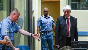 El exlíder serbobosnioRadovan Karadzic a su llegada este lunes a la sala del tribunal del Mecanismo para los Tribunales Penales Internacionales en la Haya.