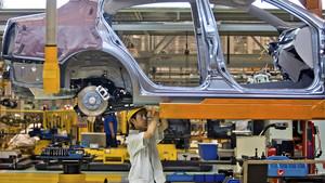 Un coche pasa por la línea de producción de la planta de First Automobile Works (FAW) en China.