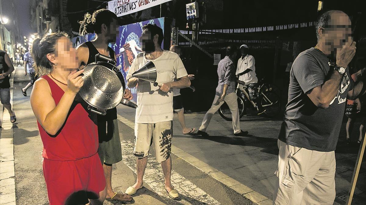 Cacerolada de protesta en la calle de la Riereta contra los bajos okupados por traficantes de droga.