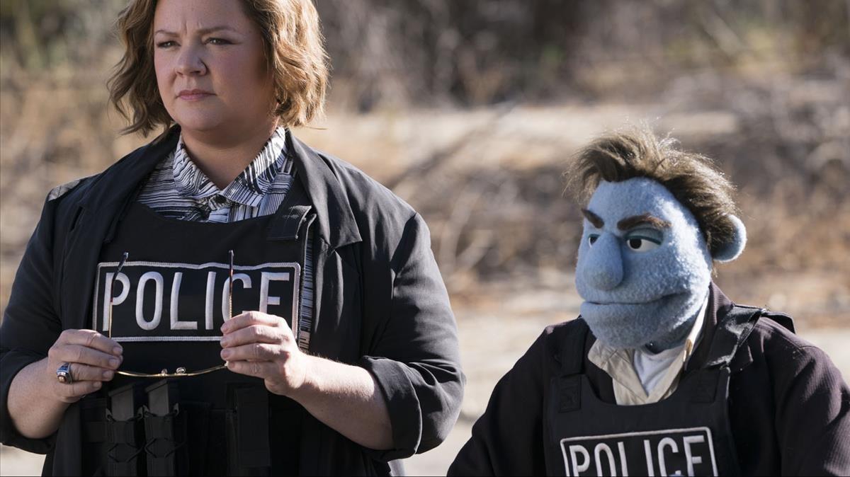 Melissa McCarthy y el moñeco detective.