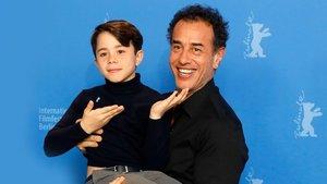 Federico Ielapi y Matteo Garrone, en la presentación de 'Pinocho' en la Berlinale en febrero pasado