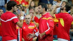 Feliciano López, Bruguera y Granollers, en Lille, durante el partido de dobles ante Francia.