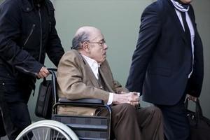 Fèlix MIllet se dirige en silla de ruedas a la Ciutat de la Justícia.