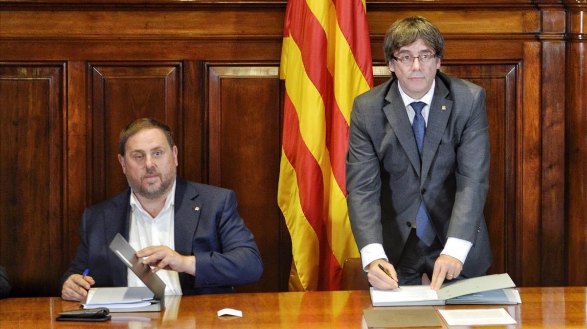 Firma del decreto convocatoria referendum en el Parlament