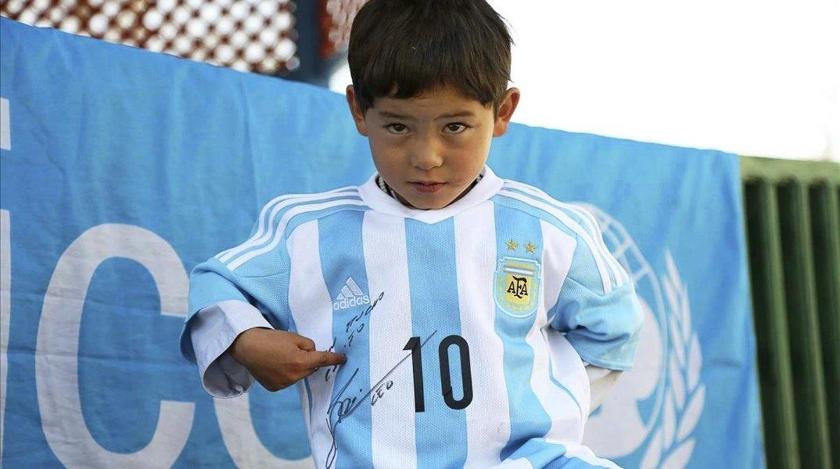 El triste presente del nene afgano famoso por su camiseta de Messi