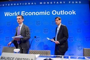 Gian Maria Milesi-Ferretti y Maurice Obstfeld presentan el informe deprevisiones mundiales para el 2018 en la sede del FMI, en Washington.