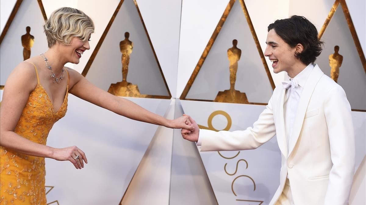Greta Gerwig y Timothée Chalamet, en la llegada al Dolby Theatre de Los Angeles