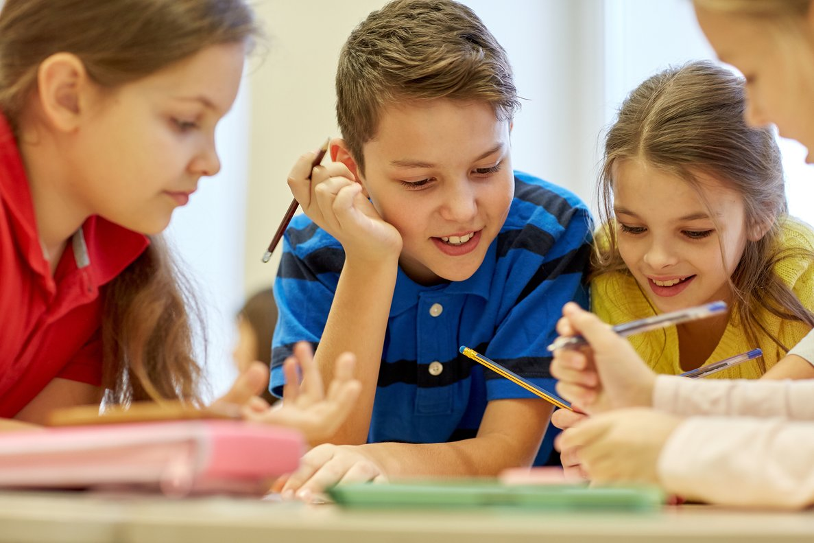 Un grupo de niños en el colegio.