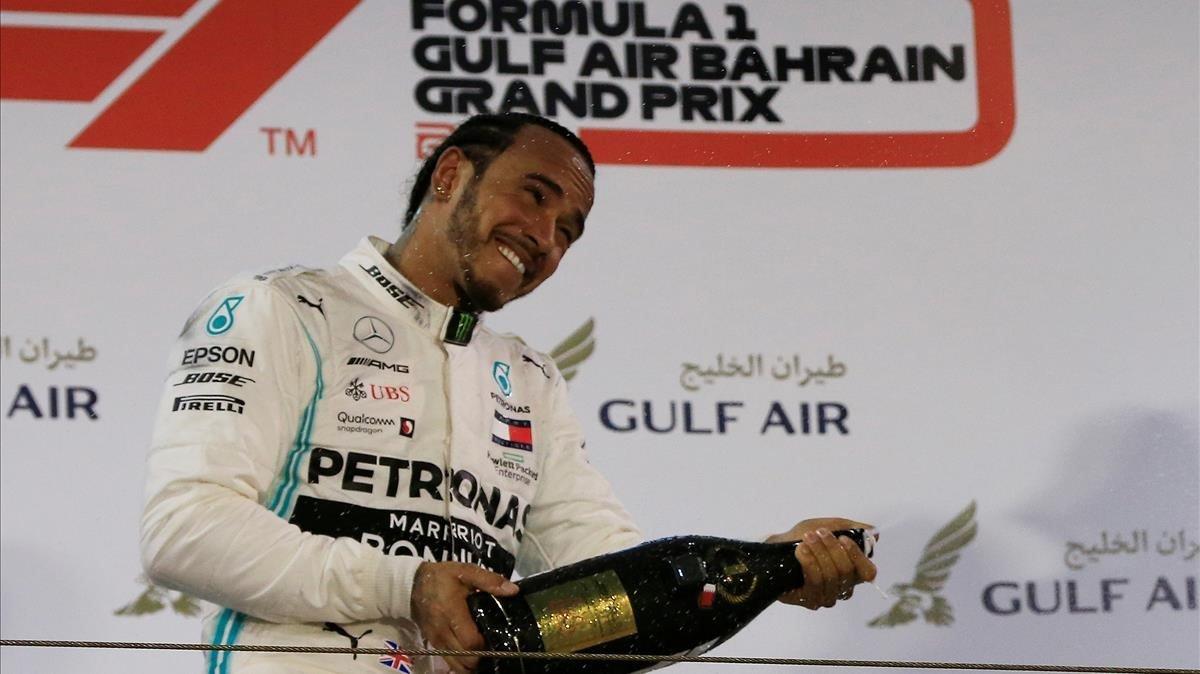 Hamilton, feliz, celebra su victoria en Bahrein.