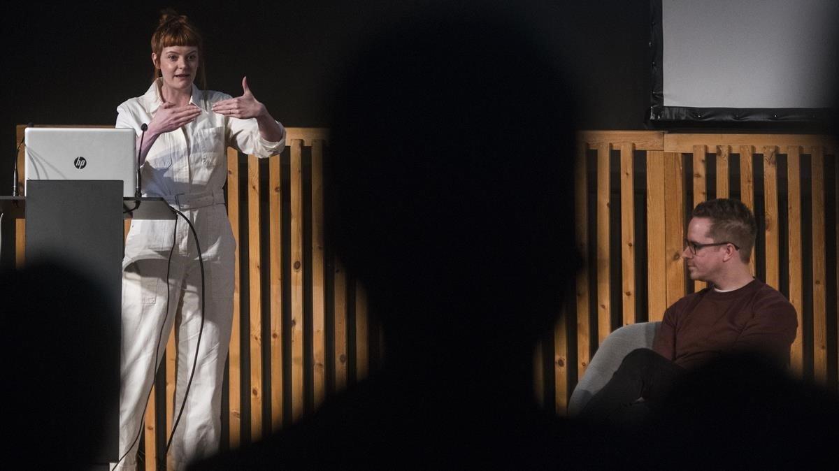 Helen Hester durante su exposición junto a Nick Srnicek dentro del programa Kosmopolis en el CCCB.