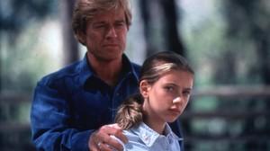 Robert Redford y una juvenil Scarlett Johansson, en una escena de El hombre que susurraba a los caballos.