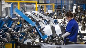Una mujer trabajando en la factoría Ford de Almussafes, en Valencia.