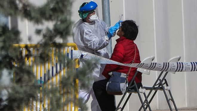 Illa resalta que los test rápidos han sido devueltos por no cumplir con los requisitos de calidad. En la foto, una sanitaria realiza un test rápido en Madrid.
