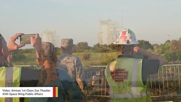 Imágenes de la demolición de las dos torres de Cabo Cañaveral en Florida.