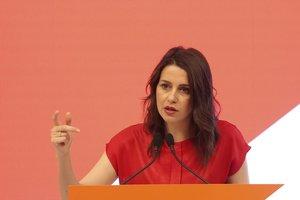 Inés Arrimadas en una rueda de prensa.