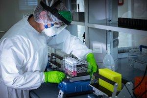 Un investigador, en un centro que trabaja en la vacuna del covid-19.