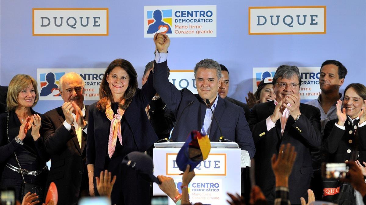El candidato del Centro Democrático a las presidenciales de mayo, Iván Duque, celebra la victoria de su partido en las elecciones legislativas.