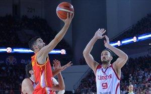 Jaime Fernández lanza a canasta ante Erden en el partido disputado en Ankara