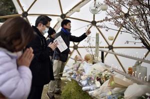 Varias personas rezan durante un evento celebrado en memoria de las víctimas del terremoto y posterior tsunami, el11 de marzo del2016.