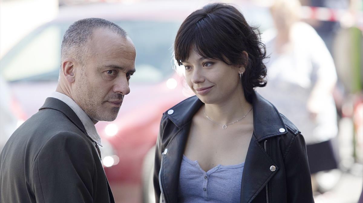 Javier Gutiérrez y Anna Castillo, en el rodaje de la serie de TVE-1 Estoy vivo.