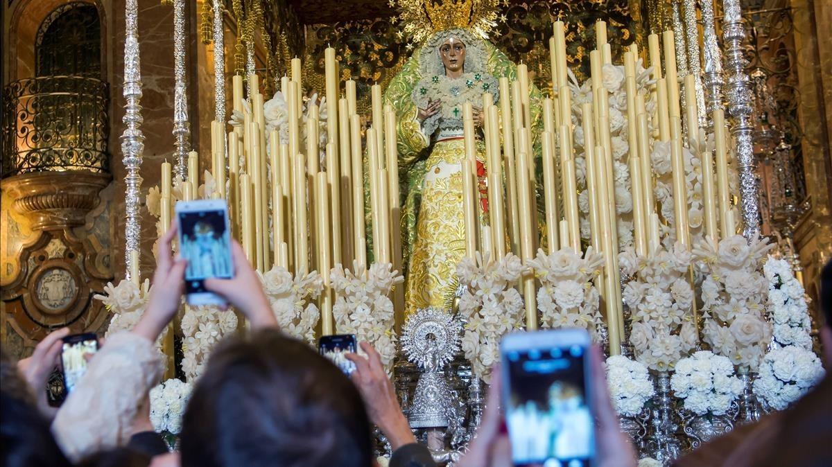 Miles de personas visitaron el sábado la basílica de la Macarena, en Sevilla.