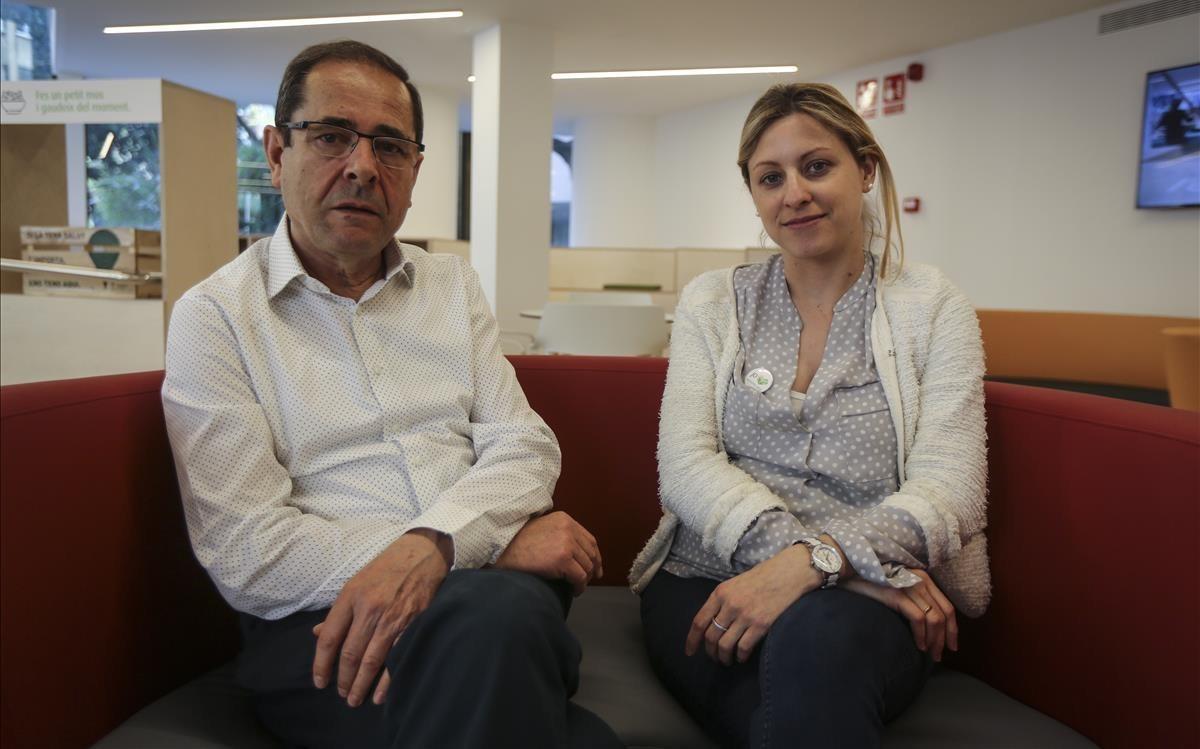 Xavier Orteu, voluntario de la AECC, y Vanesa Diego, coordinadora de voluntariado del Espai actiu contra el càncer.