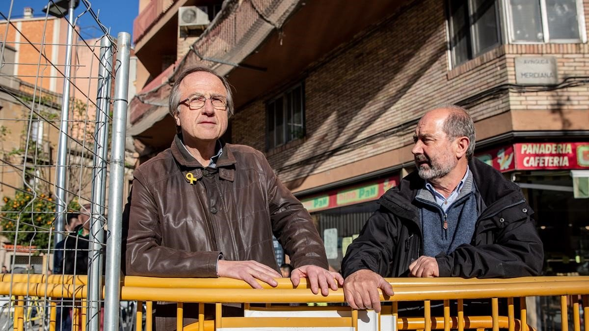 Miquel Catasús y Oleguer Méndez, charlan apoyados en una de las vallas de las obras de la Meridiana, el jueves.