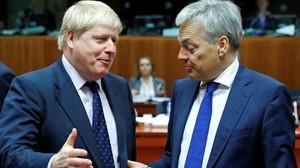 Johnson (izquierda) junto a su colega belga Didier Reynders, en Bruselas, este lunes.