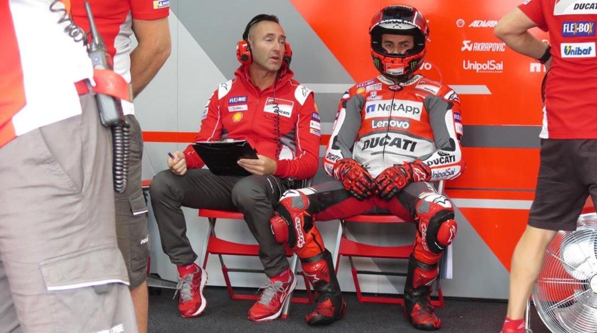 Jorge Lorenzo, en su box, después de decidir, tras dar dos vueltas con su Ducati a Motegi, que causará baja en el gran premio del domingo.