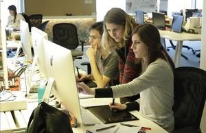 Jóvenes trabajando en unas oficinas de Barcelona