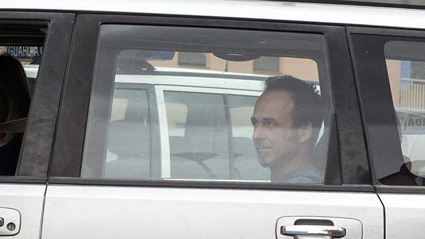 El exmarido de Juana Rivas, Francesco Arcuri, recoge a los hijosde la comandancia de la Guardia Civil.