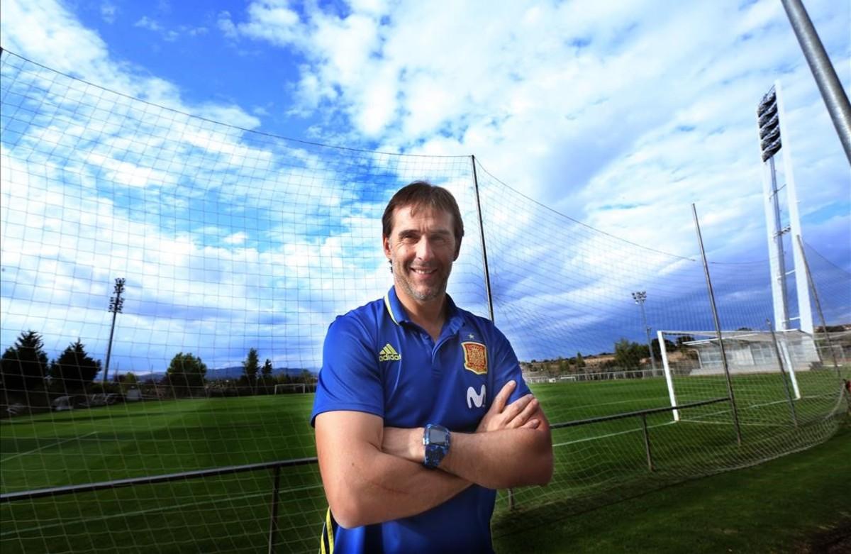 Julen Lopetegui posa en la ciudad deportiva de la federación en Las Rozas.