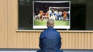 Koeman observa la foto del gol de Wembley que realizó Jordi Cotrina para EL PERIÓDICO.