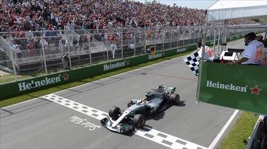 Hamilton gana y Alonso abandona a dos vueltas del final