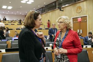 La alcaldesa de Madrid, Manuela Carmena (derecha), habla con una delegada durante su participación en un foro en la sede de la ONU.