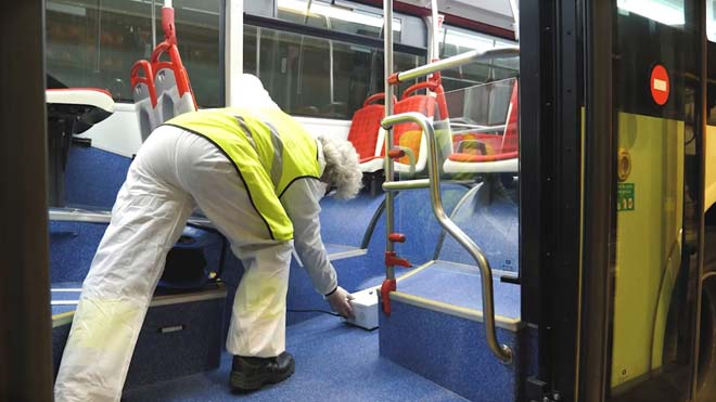 Limpieza y desinfección de los buses de TMB con cañones de ozono.