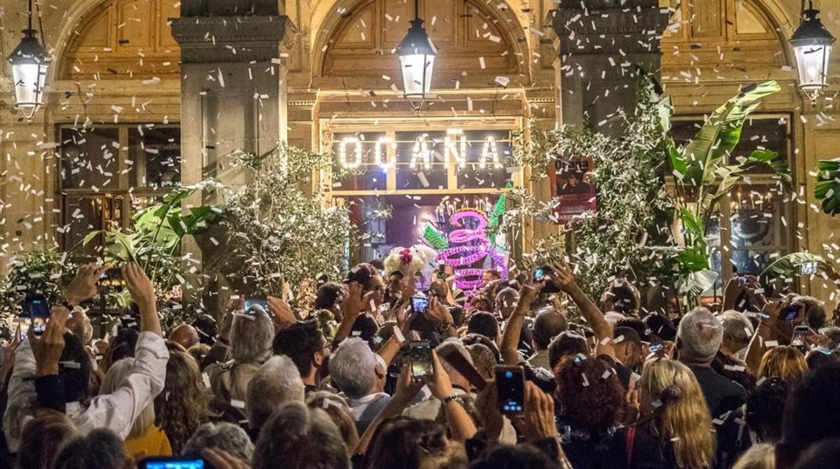 Lluvia de confeti en el Ocaña, con motivo del cuarto homenaje al artista que da nombre al local de la Plaça Reial.