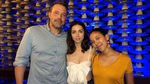 Ben Affleck y Ana de Armas, con una admiradora, en Cuba, el pasado 5 de marzo.