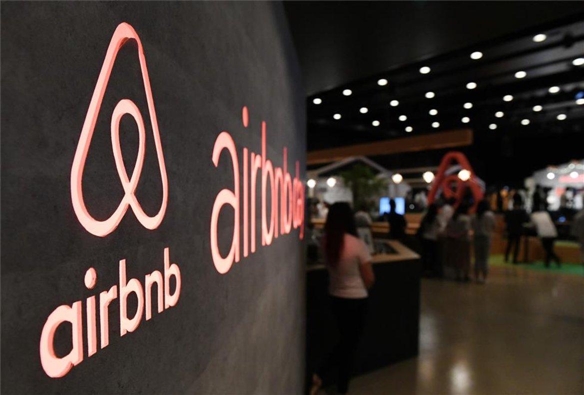 Logotipo de Airbnb en las oficinas de Tokio, Japón.
