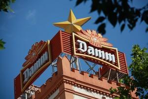 El logotipo de Damm en la sede institucional del grupo cervecero en Barcelona.