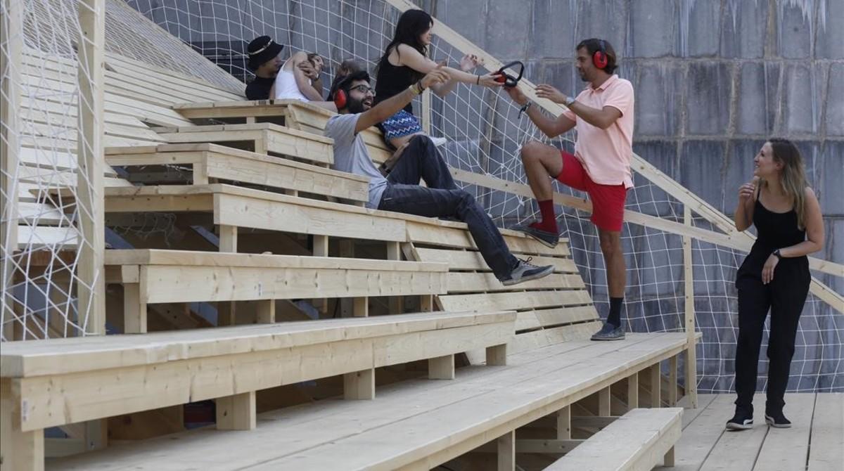 Los alumnos de arquitectura efímera de Elisava, este martes en el nuevo espacio temporal que permitirá durante seis meses 'ver' y 'oír'la Rambla de otra forma desde la terraza del Arts Santa Mònica.