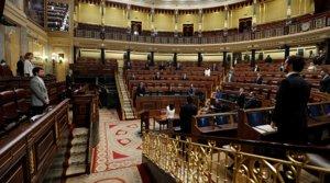 Los diputados guardan un minuto de silencio por las víctimas del coronavirus durante el pleno del Congreso en el que se vota otra prórroga del estado de alarma solicitada por el Gobierno, el pasado 6 de mayo.