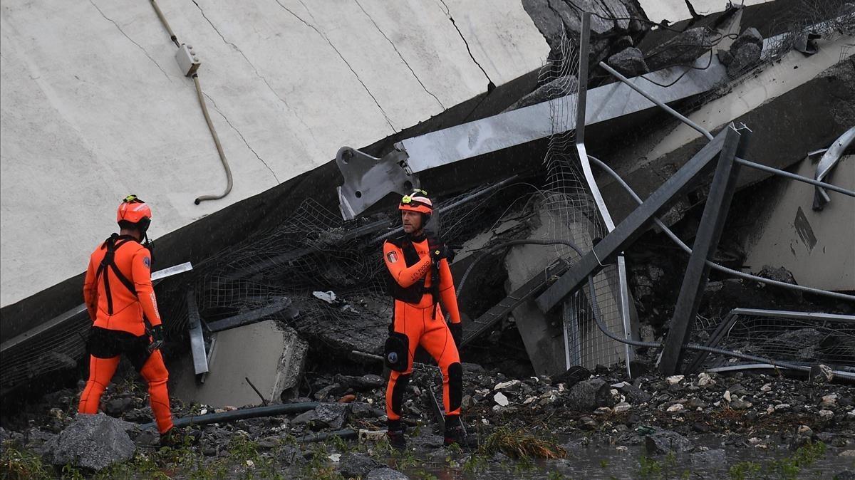 Los trabajadores de emergencias entre los escombros.