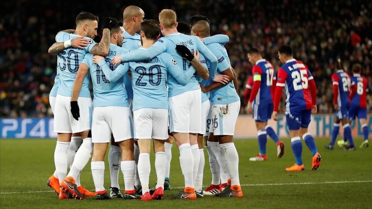 Los jugadores del City celebran en Basilea el 0-3 marcado por el Kun Agüero.