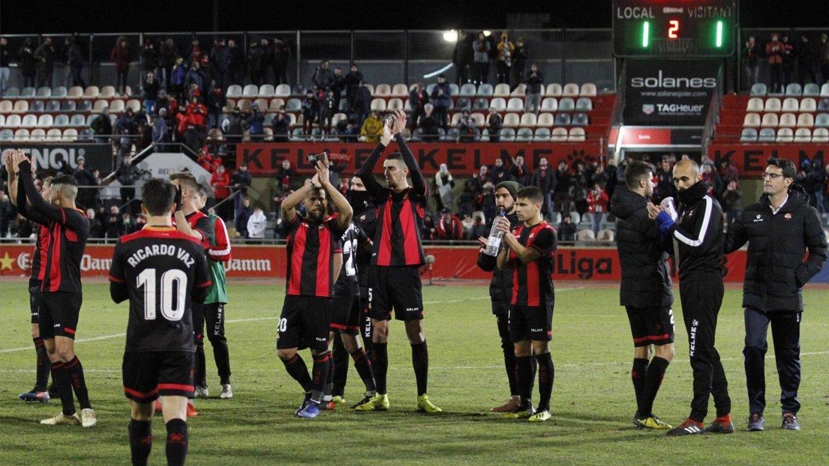 Los jugadores del Reus saludan a su afición tras empatar contra el Numancia.