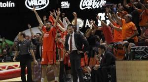 Los jugadores del Valencia festejan el triunfo sobre el Madrid junto a Pedro Martínez.