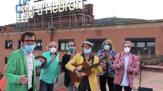Els Manolos canten el seu nou 'Amigos para siempre' al terrat de la Vall d'Hebron   VÍDEO