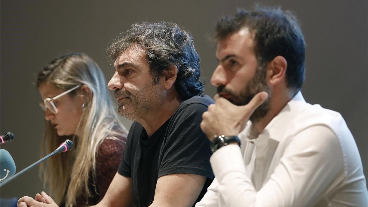 Los representantes de las organizaciones de salvamento Pde izquierda a derecha, Giorgia Linardi (Sea-Watch), Óscar Camps (Proactiva Open Arms) y Erasmo Palazzoto (Mediterranea), en la rueda de prensa en el Museo Marítimo de Barcelona.