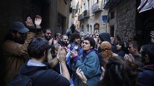 Los vecinos aplauden que se haya evitado el desalojo de una finca en la calle del Correu Vell, en el barrio Gòtic de Barcelona.