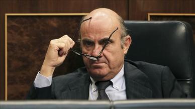 Guindos protege a Rajoy del 'caso Soria' y la oposición pide dimisiones